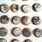 Maankoekjes: suikerkoekjes met gemarmerd fondant