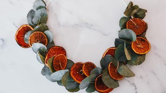 kerstkrans eucalyptus gedroogde sinaasappel kerst diy tutorial zelf maken knutselen