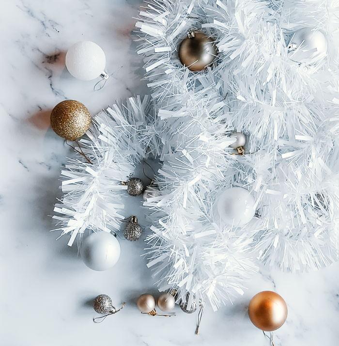 kerstkrans diy folieslinger tutorial stap-voor-stap zelf maken knutselen kerstballen benodigdheden