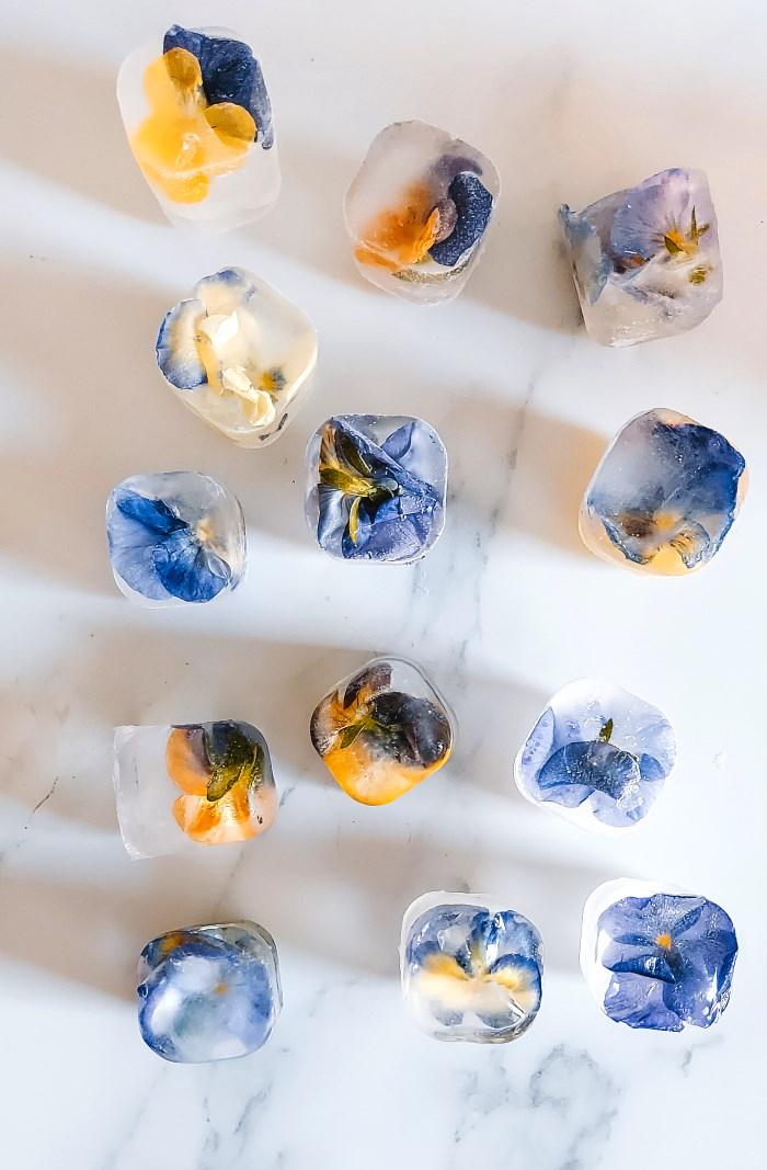 ijsklontjes ijsblokjes met eetbare bloemen fruit invriezen recept